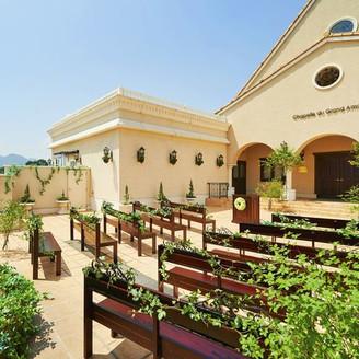 【チャペル・ド・ジャルダン】室内の本格大聖堂だけでなく、屋外のガーデンチャペルでも挙式を行うことができる!