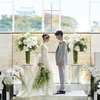 光と水がテーマの開放的なチャペルからは名古屋城が見える