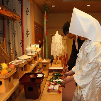 厳かな緊張感に包まれた神殿での誓い。 日本の伝統にそった格式ある儀式を・・・。