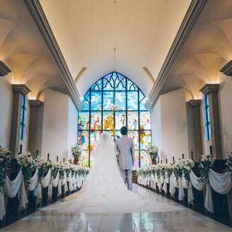 県内で一番の広さを誇るバージンロードに広がる純白のドレス。