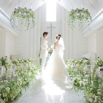 白く照らされた、純白のチャペルで誓う永遠の愛