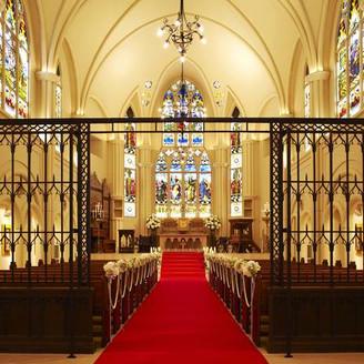 天井高15m、バージンロード30mの長さを誇る大阪市内一の大聖堂 大切な両親、ゲストへ「ありがとう」の気持ちが伝わる温かい空間