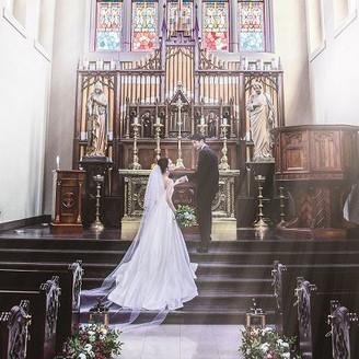 神聖な大聖堂挙式 ステンドグラスからの光が幻想的な雰囲気に