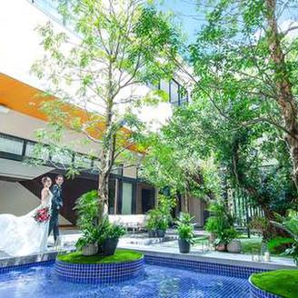 すべてに「おふたりらしい自由」を叶える アーバンリゾートウェディング。 名古屋中心部でありながら、豊かな緑がそよぎまるでリゾートのようなここちよさにつつまれる結婚式のための邸宅です。 いつまでも忘れられないオリジナルウェディングが叶います。