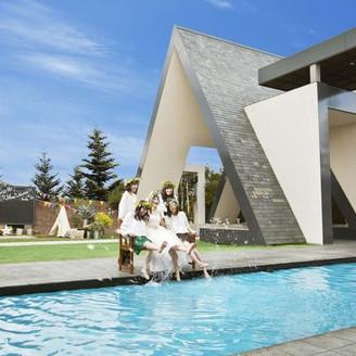 ブリーズレイの象徴である三角屋根のチャペルの屋外には非日常のガーデンとプールが広がる。親しいゲストの皆様と歓談しながら楽しいひとときを!