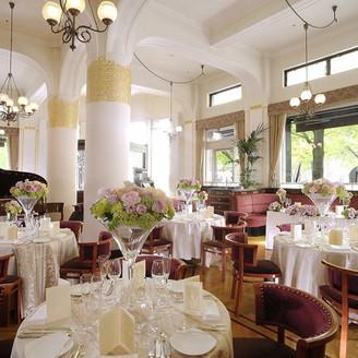 着席正餐30~80名。Buffetは120名まで対応可能です。