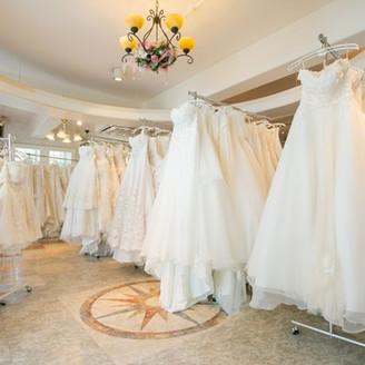 県内最大級のドレスショップ 千代田ブライダルハウスではドレス、タキシードにあわせて、プロのアドバイザーがコーディネートいたします。更に、お衣裳選び、小物合わせ、コーディネートもおまかせください。