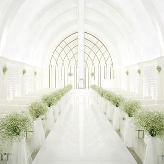 柔らかな光に包まれる幻想的なチャペルは、天井高7メートル、バージンロード12mという壮大なスケール