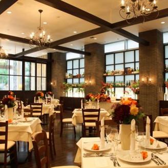 レストランウェディングならではの最幸のおもてなし バーカウンターが設置されたバンケットは、高級レストランの趣をそのままにカジュアルテイストを融合させた 落ち着きのあるウェディング空間です。 収容人数は60名様まで。