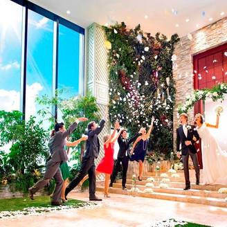 屋内ガーデンでは、天候を気にせずおふたりと一緒に和やかな時間が過ごせます。フラワーシャワーや集合写真、ブーケトスなど、多彩な演出にゲストも笑顔がたえません。