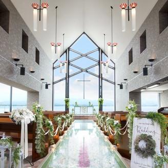 「聖ラファエル教会」/100名収容  空と湖に向かって愛を誓うガラスのチャペル。バージンロードには2000本のバラが敷き詰められていてロマンティック!
