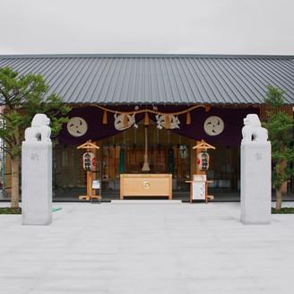 神楽坂の高台にある現代を象徴する熱美しい神社。日本を代表する世界的建築家「隈 研吾氏」の手によって生まれ変わった外観が特徴的です。