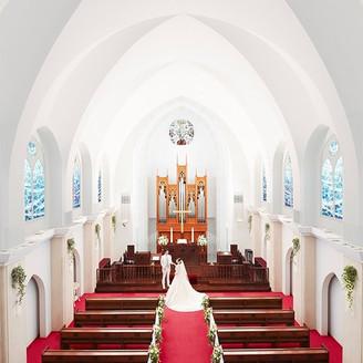 グローリーチャペルは1994年に作られた都内最大級のチャペルです。 天井高12m、収容人数168名、バージンロード15mの都内最大級のチャペル。  広いドーム内に響き渡るパイプオルガンの荘厳な音色と聖歌隊の透明な歌声が、 厳粛さをいっそう際立たせます。