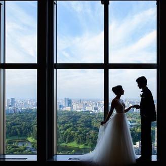 高層ビルの最上階37階、皇居外苑や東京の風景を一望できる圧倒的なスケールの挙式会場