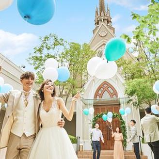 大聖堂前に広がる緑のガーデンはバルーンリリースも人気♪