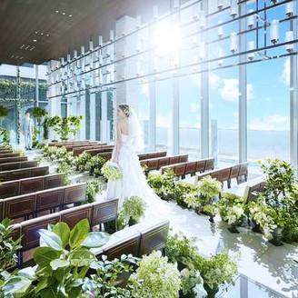 柔らかな陽光が射しむ開放的なチャペル「ザ・アクア」(6F) 天井まで届く大きな窓からは、大阪市街を見渡せる最上階のチャペル