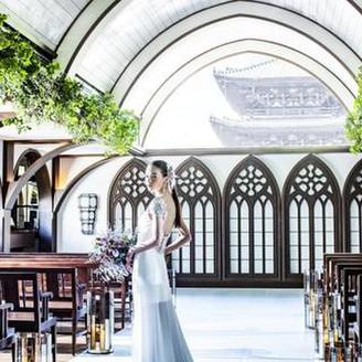 前方の大きな飾り窓からは日本最古の五重塔『法観寺 八坂の塔』が見える