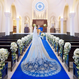 人生で最も素敵な時間を過ごせると言われるウェディングドレス姿。その姿をより一層輝かせるためのブルーのバージンロードは花嫁様の想い出の色に…。