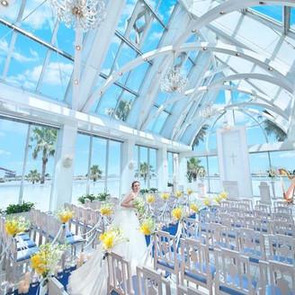 【クリスタルチャペル】青い空と海、光に満ち溢れたクリスタルチャペルは360度ガラス張り!オーシャンブルーのバージンロードと純白のウエディングドレスのコントラストが映えるチャペルで自然からも祝福されよう。
