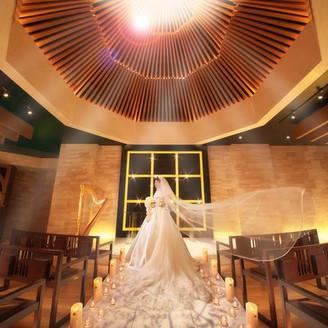 花嫁の美しさを引き立てるよう設計された、ドラマディックなチャペル。