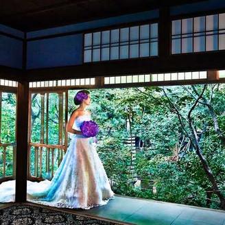 緑に包まれた風格ある邸宅を一棟貸切にして味わう贅沢。ゲストも時を忘れてゆっくりと過ごす、京都は東山のリゾート空間。
