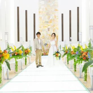 白を基調にしたチャペルは、海外ウエディングをイメージしたカラフルな装花も映える!