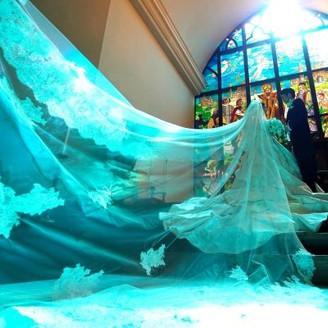 ステンドグラスから差し込む幻想的な光。純白のウェディングドレスとの相性は抜群。