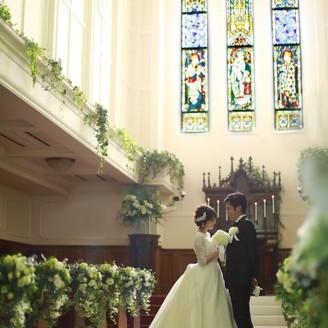 天から降りそそぐ神秘の光。高さ10メートル以上にも及ぶ大聖堂に響き渡るハープの音色。白く輝くヴァージンロードは,中世ヨーロッパの薫り漂うアンティークの祭壇へと続く。幻想的なステンドグラスの光の中、聖母マリアに見守られた二人は、永遠の愛を誓う。