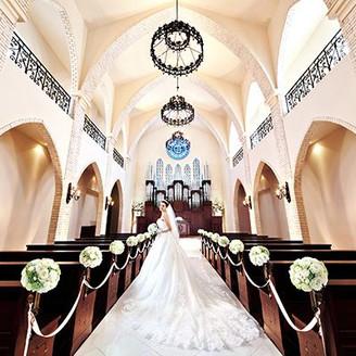 高さ10Mの天井高から自然光が降り注ぐチャペル。ブルーのステンドグラス、純白のバージンロードが輝き、花嫁のウェディングドレスも映える。