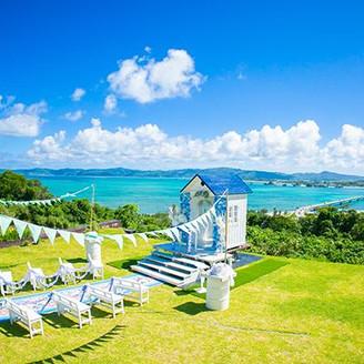 古宇利大橋を見下ろす『恋の島・モバイルチャペル』で、青い空と!青い海に向かって、誓いをたてます!
