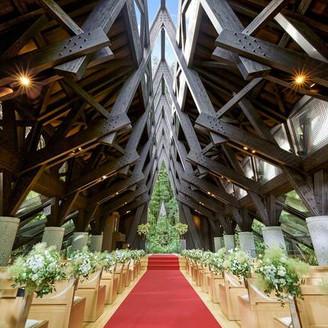 森に佇む独立型教会「風詩(かざうた)の教会」で、自然の祝福を感じて