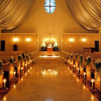 聖なる天使と親しいゲストに見守られる「サントアンジュ教会」