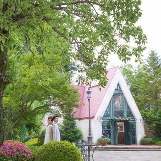 丘の上の貸切邸宅。門を入れば、そこには広大なガーデンと赤い三角屋根のチャペル。大自然と四季の花々に囲まれた非日常空間がそこに。