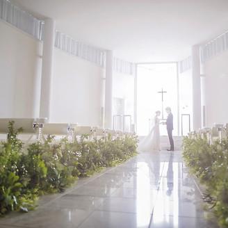 おふたりで手をたずさえてのぼる祭壇。天窓からはやわらかな自然光が降りそそぎ、花嫁の透明感を際立たせます
