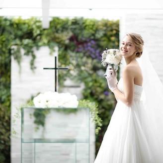 チャペルの自然光はドレスと笑顔を印象的に