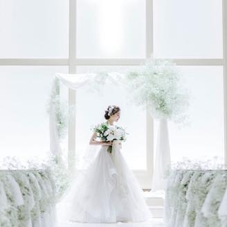 祭壇の前に立つと、眩い光が花嫁の姿を優しく包む