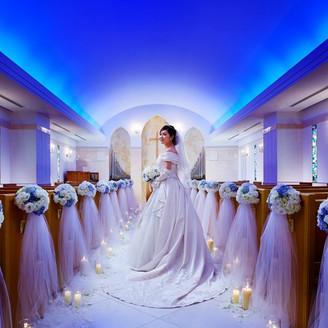 花嫁の幸せの色である「ブルー」のライティングが特徴のチャペル【セントアンジュ】