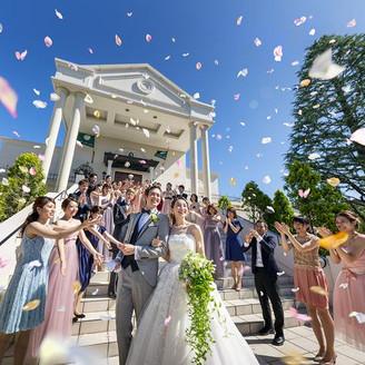 挙式後は大階段でゲストとの楽しい時間。フラワーシャワーやバルーントス、バブルシャワーで写真映えもする人気のスポット。