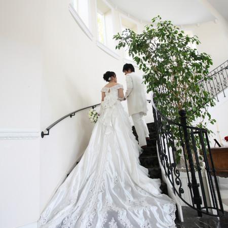 後ろ姿 階段 ウェディングドレス ロングトレーン