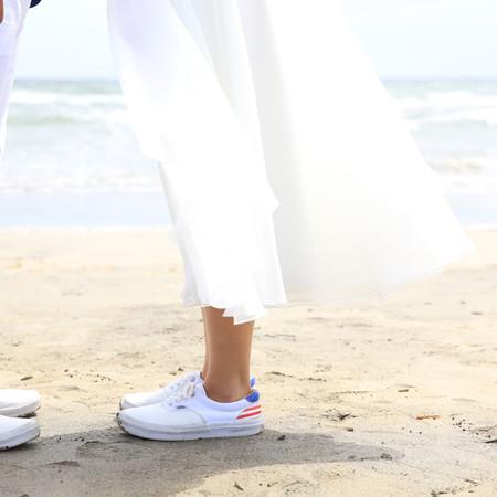 足元カット ロケーション ビーチフォト ビーチ前撮り ドレス ウェディングドレス ミモレ丈ドレス ロケーションフォト スニーカー 海 ビーチ