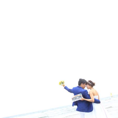 ロケーション ビーチフォト ビーチ前撮り ドレス ウェディングドレス ウェディングドレス ミモレ丈ドレス ロケーションフォト ビーチ 海 おでこコツンポーズ
