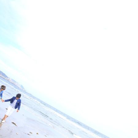 ロケーション ビーチフォト ビーチ前撮り ドレス ェディングドレスミモレ丈ドレス ロケーションフォト ビーチ 海 デニム