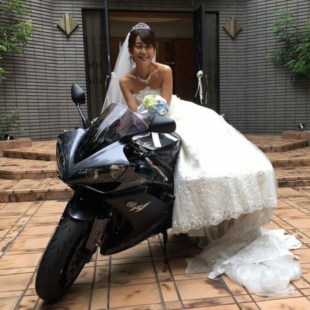 楽しいカメラマンさん バイクと一緒に ドレス ウェディングドレス