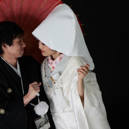 白無垢 黒紋付袴 番傘