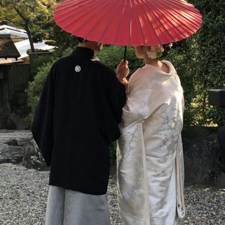 和装 番傘 黒紋付袴 白無垢