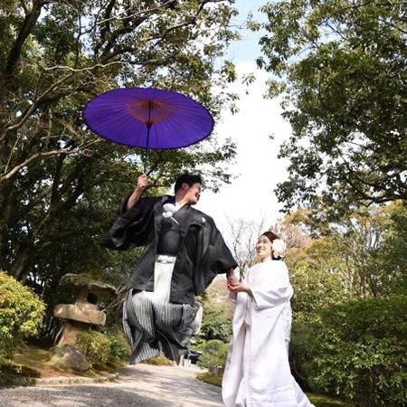 和装 白無垢 黒紋付袴 番傘