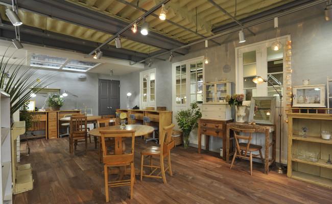 アンティークの家具や雑貨に囲まれた温かい空間のアトリエ