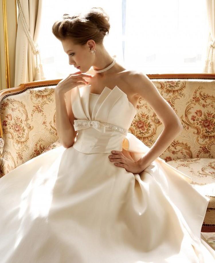 ミカドサテンならではの優美さを持つウェディングドレス 1枚目