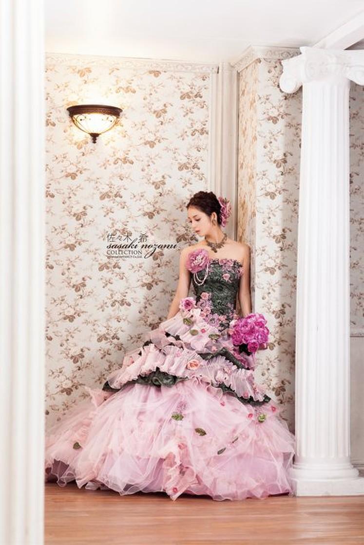 ニュアンスカラーにお花を添えた、大人可愛いドレス 1枚目