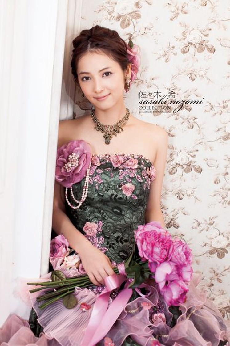ニュアンスカラーにお花を添えた、大人可愛いドレス 2枚目